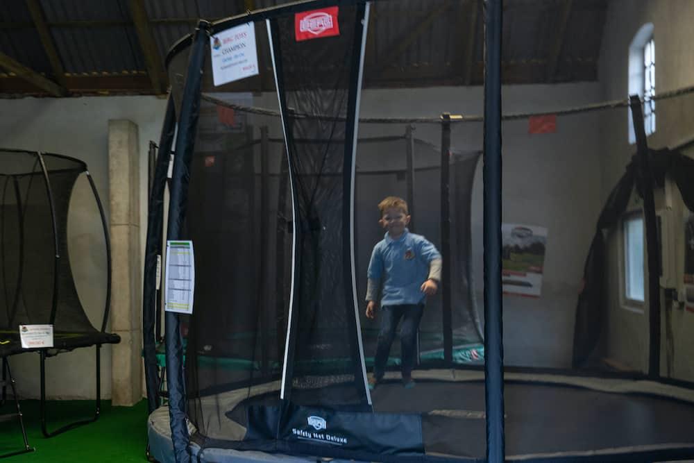 Junge hüpft auf Berg Trampolin